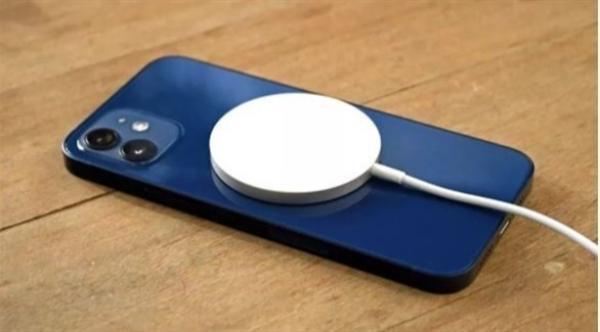 نظام الشحن اللاسلكي MagSafe لآيفون 12 يتسبب في بعض المشاكل في حال عدم حرص المستخدم عند استعماله
