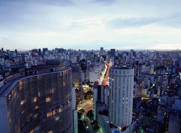 رئيس البرازيل يؤكد إنه سيكافح حرائق الغابات وينحي باللوم على الطقس