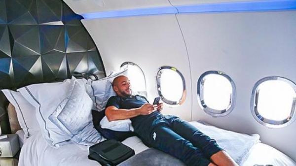 """أمرابط يكسر قواعد """"الحجر الصحي"""" ويسافر عبر طائرة خاصة إلى هولندا للقاء أسرته"""