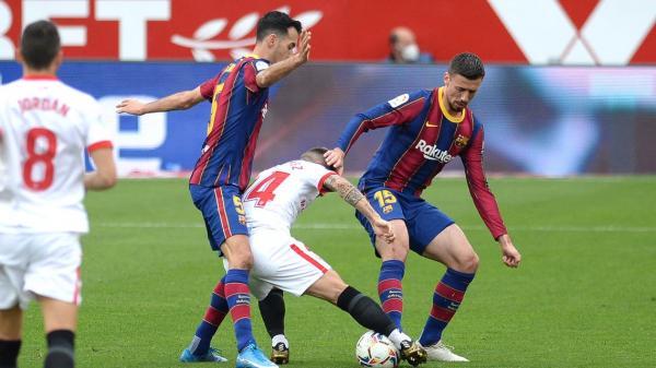 برشلونة يهزم إشبيلية ويقترب من الصدارة