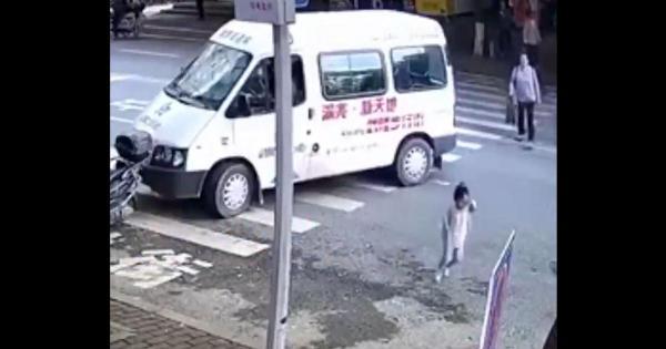 مشهد يحبس الأنفاس لطفلة صغيرة تنجو من حادث سير بأعجوبة (فيديو)