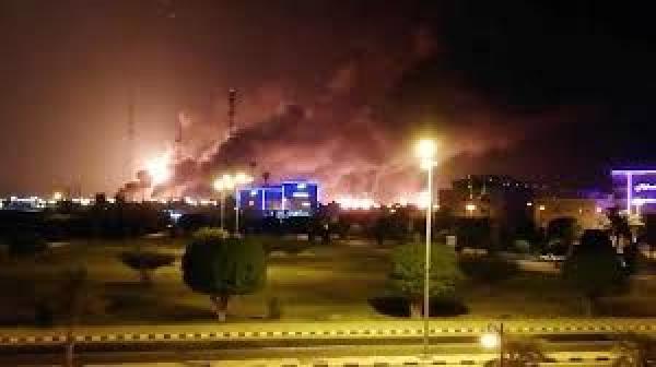"""بالفيديو: طائرات بدون طيار """"تقصف منشأتين نفطيتين تابعتين لشركة """"أرامكو"""" بالسعودية"""