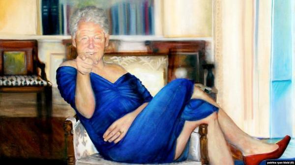 """صاحبة """"لوحة كلينتون"""" بملابس نسائية تخرج عن صمتها"""
