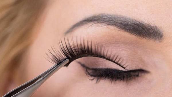 هذه مخاطر استعمال الرموش الاصطناعية في التجميل