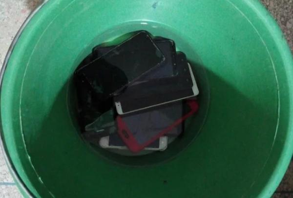 مؤسسة تغرق هواتف التلاميذ في الماء بدعوى محاربة الغش(صور)