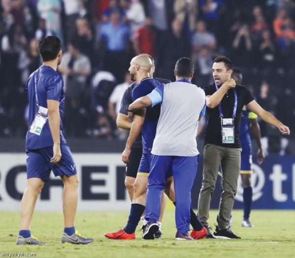 """النجم المغربي """"أمرابط"""" يدخل في شجار على أرضية الملعب مع  لاعب البارصا السابق""""تشافي"""""""