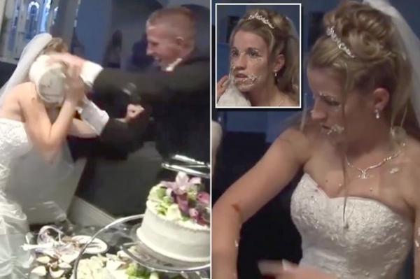 بالفيديو: عروسان يتراشقان بالكيك أثناء حفل زفافهما