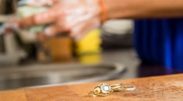 الحُلي المصنوعة من معدن النيكل تهددك بالحساسية