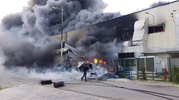 """بالفيديو والصور...حريق مخيف يلتهم مصنعا لـ""""الكابلاج"""" بطنجة وفرار عمال المصانع المجاورة"""