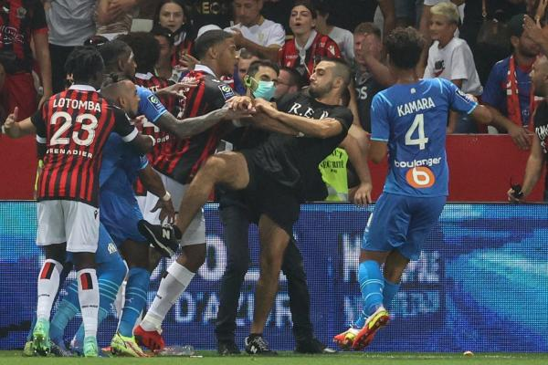 الجماهير تقتحم الملعب وتحاول الاعتداء على لاعب.. فوضى عارمة في مباراة نيس ومارسيليا(فيديو)