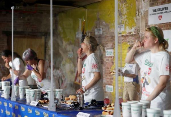 إقامة تحدي أكل النقانق في  بنيويورك رغم تفشي كورونا
