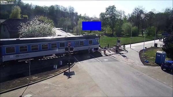 شاب شجاع ينقذ عجوزا قبل دهسه من قطار في اللحظة الأخيرة