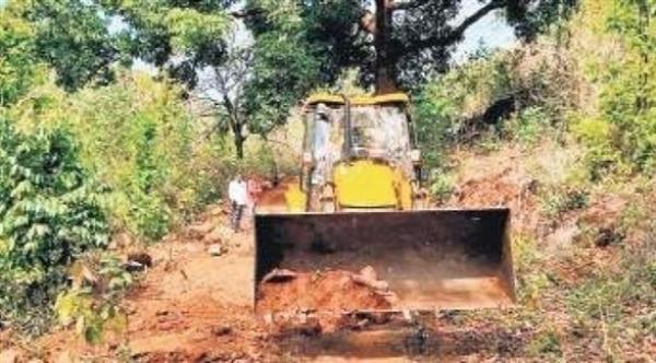 السلطات الهندية توقف محاولة نقل جثمان ضحية كورونا بجرافة