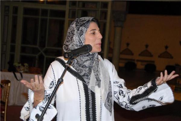 فنانة مغربية تعلن عن إصابتها بالسرطان عبر أغنية مؤثرة