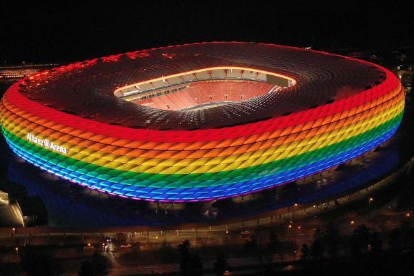 """""""يويفا"""" يحدد موقفه من إضاءة ملعب """"أليانز أرينا"""" بألوان قوس قزح"""