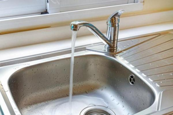 كيف تتخلص من انسداد مصارف مياه المطبخ بطرق طبيعية ؟