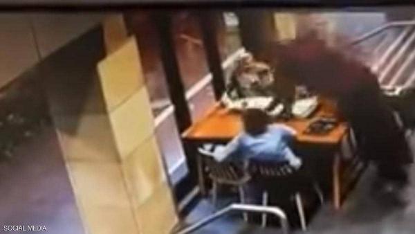 """هجوم عنصري بأستراليا.. رجل ينهال على امراة بالضرب و الرفس فقط لأنها """"محجبة"""""""