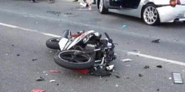 مؤلم... اصطدام عنيف بين سيارة مرقمة بالخارج ودراجة نارية صينية الصنع والحصيلة مميتة