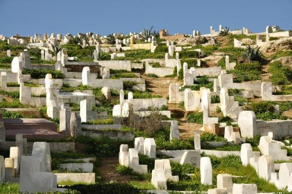 حصري...مواطنون يحاصرون 4 أشخاص بينهم زوجَان وفقيها داخل مقبرة لسبب غريب