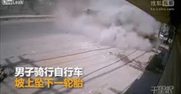 لحظة سقوط شاحنة من أعلى جسر وسحقها لـطريبورطور (فيديو)