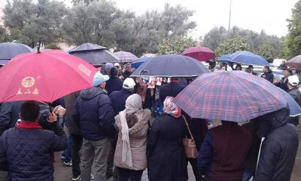 نساء ورجال التعليم يخرجون للإحتجاج تحت الأمطار أمام أكاديمية بني ملال