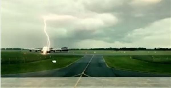 صاعقة برق هائلة تضرب طائرة إماراتية في نيوزيلندا