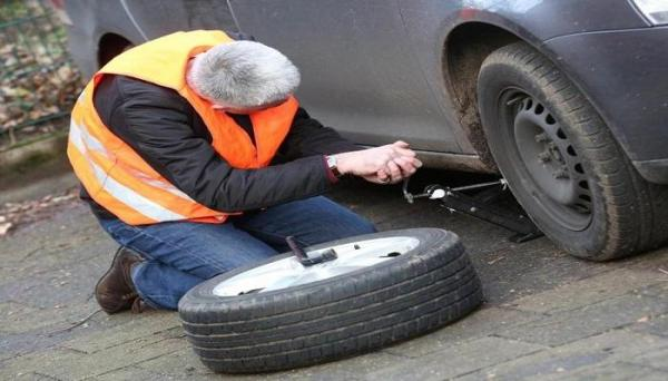 تعرف على الطريقة الصحيحة لتغيير إطارات السيارة بنفسك