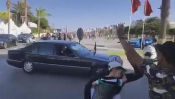 سيدة  على ظهرها طفل صغير تعترض موكب الملك في الحسيمة وهكذا رد عليها (فيديو)