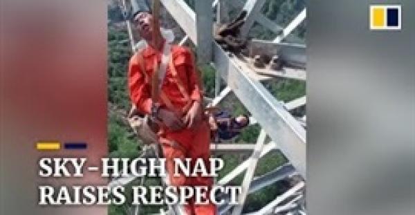 عمال كهرباء يأخذون قيلولة أعلى برج ارتفاعه 50 مترا (فيديو)