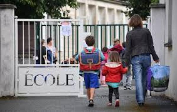 فرنسا تعيد إغلاق المدارس بعد أقل من أسبوع على فتحها بسبب إصابة عشرات الطلاب بكورونا