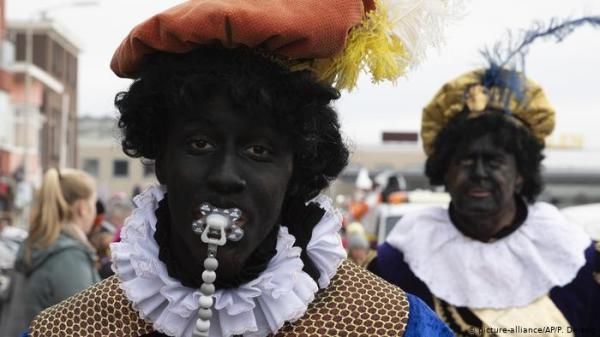 """""""بيتر الأسود"""" مساعد بابا نويل يثير الجدل في هولندا"""