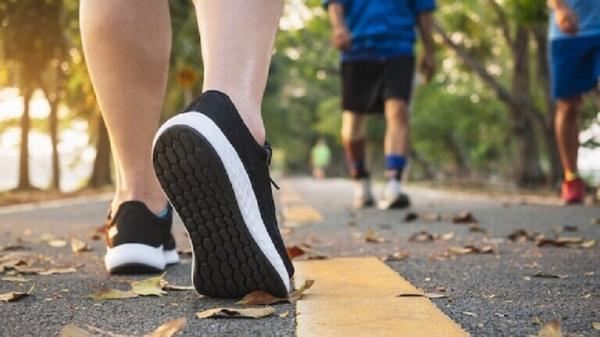 دراسة: المشي السريع نصف ساعة يوميا يقي من خطر مرض مزمن