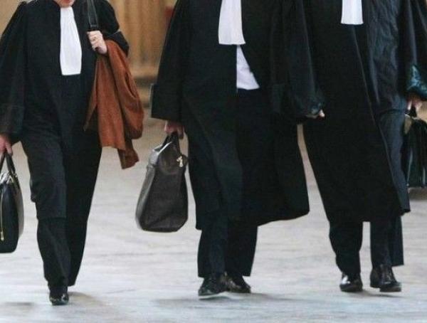 اعتقال شخص متهم بالإعتداء بالسب والتجريح على محام ينوب ضده أمام المحكمة