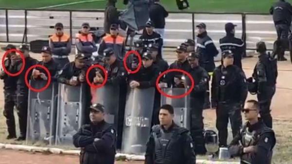 شاهد الشرطة التونسية تصور جماهير الرجاء وهي تغني في بلادي ظلموني