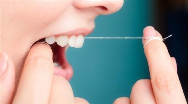 ما الأسباب الصحية لرائحة الفم الكريهة؟