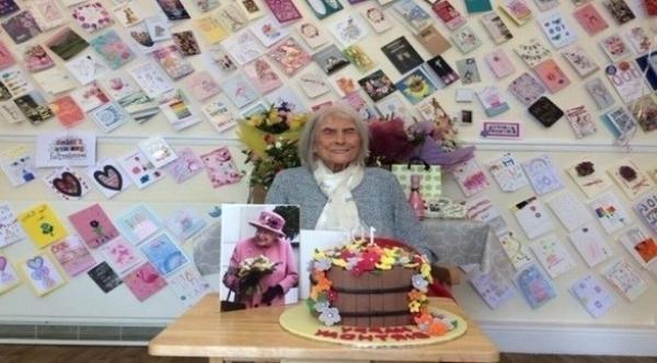بريطانية تبلغ من العمر 107 أعوام تشرب 13 كوبًا من الشاي يوميًا