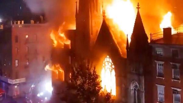 بالفيديو... حريق هائل يطال مجمعا كنسيا يضم جرس الحرية بنيويورك