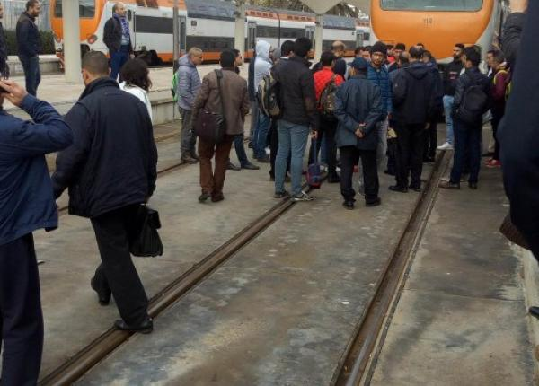 """صدمة كبيرة لمسافرين على متن قطار """"الخليع """" .. الطران كان غادي لـ""""كازا بور"""" حتى قلب لـ""""كازا فواياجور"""""""