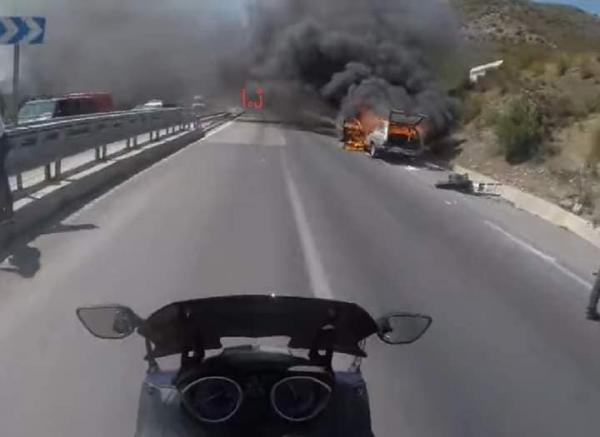 بالفيديو...النيران تلتهم سيارة بالكامل بين تطوان وطنجة والسائق ينجو بأعجوبة