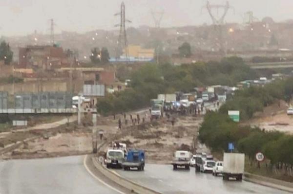 بالفيديو والصور.. مصرع 6 أشخاص جرفتهم أمطار الفيضانات في الجزائر