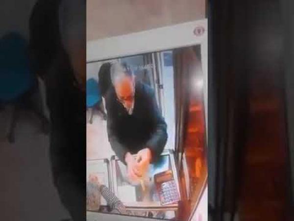 مُصيبة هادي...كهل مغربي يسرق سلسلة ذهبية من محل بطريقة مثيرة (فيديو)