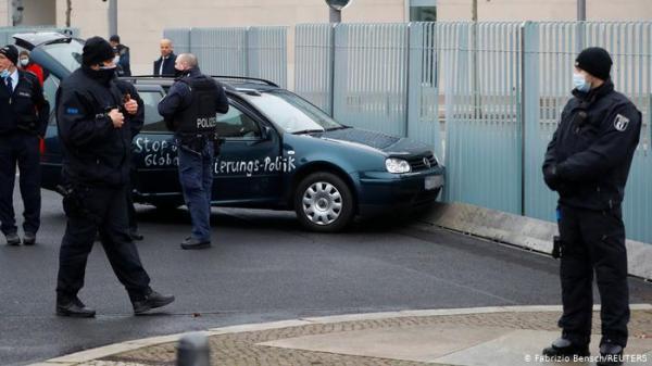 """سيارة تقتحم بوابة ديوان المستشارية الألمانية """"أنجيلا ميركل"""""""