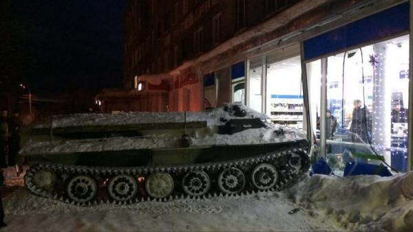 بالفيديو: سرق دبابة للسطو على أحد المتاجر