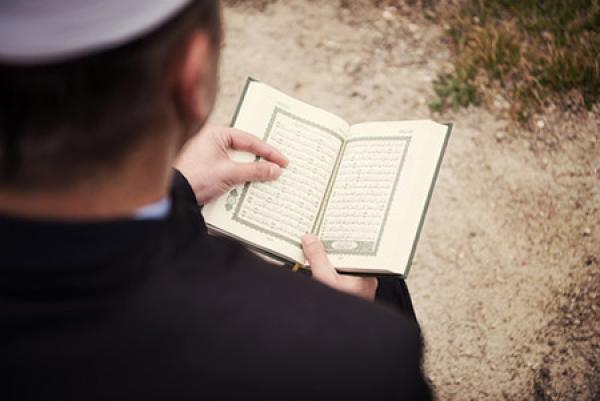 حكم قراءة القرآن على الميت