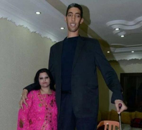 أطول رجل في العالم يتزوج من فتاة سورية في تركيا