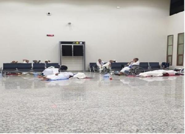 حجاج يقضون 11 ساعة بمطار الرشيدية في انتظار الطائرة (صور)