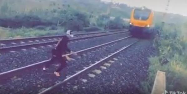 تطورات مثيرة في قضية الشاب الذي اعترض قطارا فوق السكة الحديدية (فيديو)