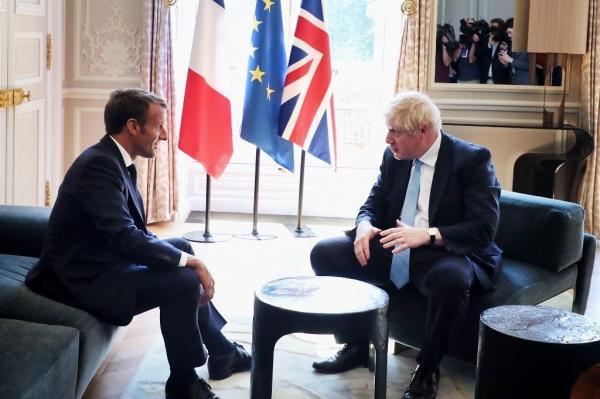 """تصرف مثير..""""ترامب بريطانيا"""" يضع قدمه على طاولة قصر الإليزيه أمام أنظار ماكرون (صور)"""