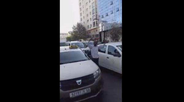 """سائق """"طاكسي"""" يصرخ وسط الشارع العام """"الله ياخد الحق"""" وها علاش (فيديو)"""