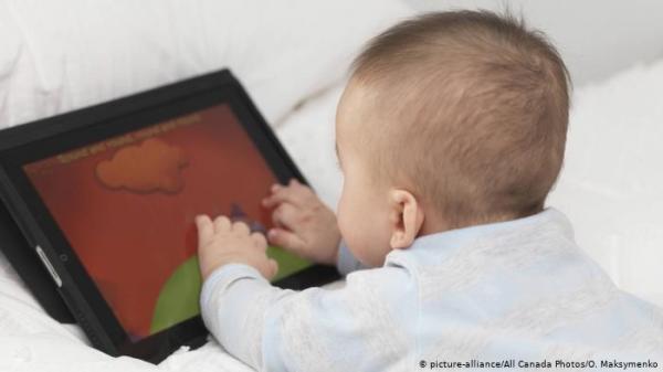 باحثون: بقاء الأطفال وقتاً طويلاً أمام الشاشات يضر بتطور المخ لديهم